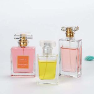 30ml/50ml/100mlスプレーポンプガラスビンが付いている半透明な携帯用平らな形の香水の化粧品