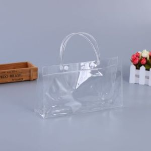 女性はPVCビニールプラスチックショルダー・バッグのハンドバッグを取り除く