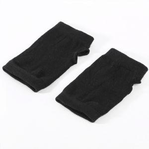 黒い手袋の半分指によって編まれる手袋