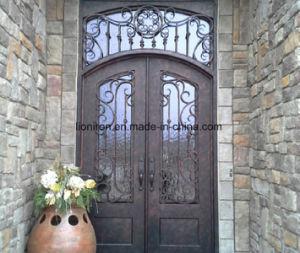 La entrada de la puerta de hierro forjado moderno con cristal templado