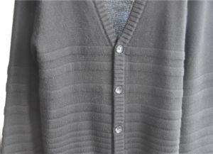 冬のボタンが付いているV首によって編まれる人のカーディガンのセーター