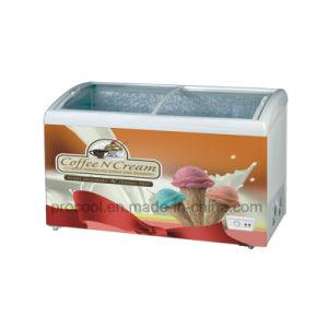 アイスクリーム機械ガラス上の箱のフリーザー