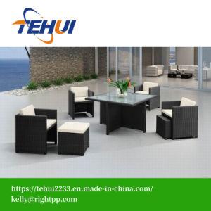 Обеденный стол и стул плетеной мебелью из стекла и