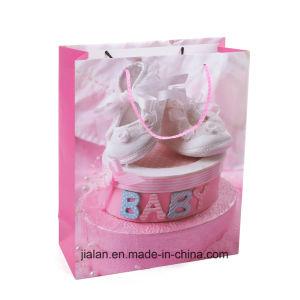 부피에 있는 생일 선물 종이 봉지를 샤워해 사랑스러운 아기