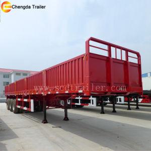 Seitlicher Gatter-und Zaun-LKW, der großen Ladung-Schlussteil fährt