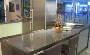 純粋なカラーテーブルの上のための人工的な石造りの水晶石
