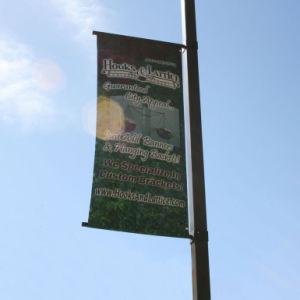 屈曲の旗ポスターハードウェア媒体のばねブラケットを広告している通りポーランド人