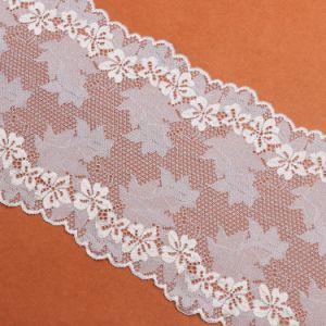 織物のピンクの花の刺繍のレース