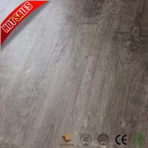 Suelo laminado exterior impermeable con la mano de la superficie raspada