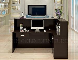 Locaux de bureau dans une couleur beige bureau avec meuble brun