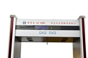 Camminata del Archway dello scanner di obbligazione di aeroporto attraverso il portello del metal detector