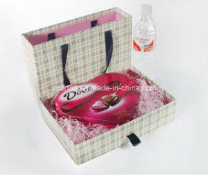 Un emballage cadeau boîtes en carton avec sac de poignée