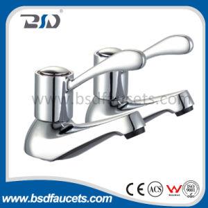 El frío caliente del fregadero gemelo del lavabo golpea ligeramente el grifo del cuarto de baño del cromo de los pares