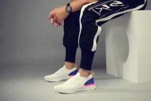 Calzado deportivo nuevo diseño tejido de la mosca de los hombres corriendo