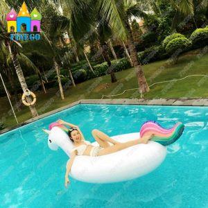 Unicorn pegasus cisne de un parque acu tico flotante for Flotadores para piscinas