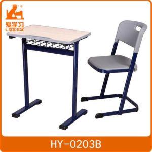 学校の調節不可能な高さの子供の机そして椅子