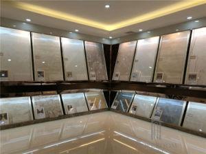 浴室は灰色の大理石の一見によって艶をかけられた磁器およびセラミックタイルの床を磨いた