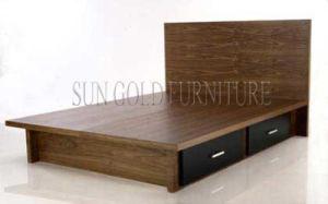 Het houten bed van de opslag met het meubilair van de slaapkamer