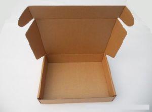 Kleren die en de Doos van het Pakket inpakken verschepen
