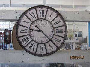 Antiguo reloj de pared de hierro forjado.