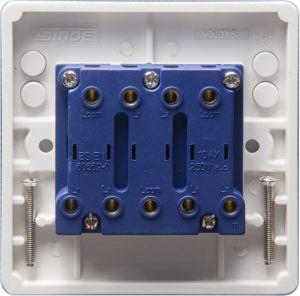 En el Reino Unido el interruptor de 3 módulos estándar de conexiones