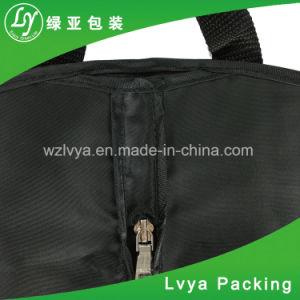 透過Windowsが付いている扱われた人によってファスナーを絞めるスーツカバー衣装袋