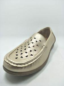 靴の注入PU Polyurethare偶然のFootwareをステッチしている老女