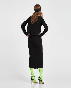 女性の方法セーターの黒の服