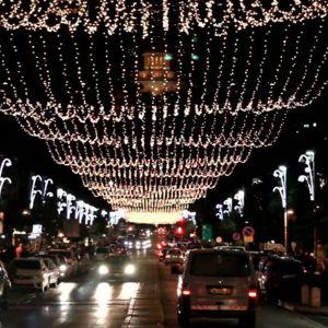 La stringa leggiadramente del LED illumina gli indicatori luminosi di natale della via