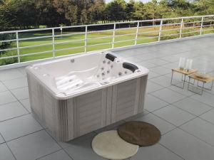 Vasca Da Bagno Esterna : Piccola jacuzzi calda esterna della stazione termale con la vasca di