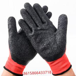 赤いナイロンニットの黒のゴムは織り目加工のやし乳液によって塗られた建築工事の手袋を浸した