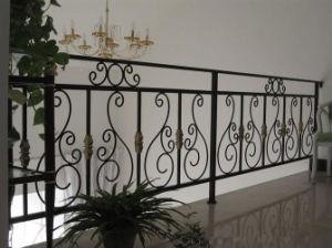 粉によって塗られる電流を通された錬鉄の柵