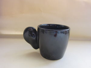 Mok van de Koffie van de Vorm van het Oor van het porselein de Ceramische Zwarte met Zilveren Decoratie