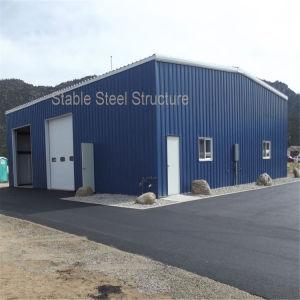 Tettoia chiara prefabbricata dell'azienda agricola della struttura d'acciaio