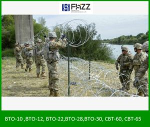 Les agents de mettre des barbelés sur El Paso de clôtures de la frontière