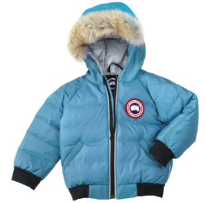 아래로 재킷을 덧대는 아이의 스포츠용 잠바