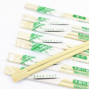 Bacchette di bambù a gettare che spostano documento di plastica