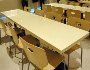 Kfcの人工的な大理石の石造りのレストランの長いダイニングテーブル