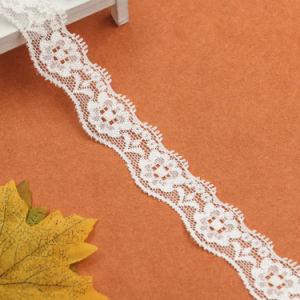 ウェディングドレスはローズによって編まれたブロケードによって刺繍されたレースを使用した