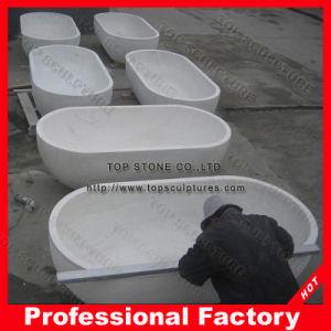 支えがなく白い大理石の石造りの屋内浴槽