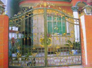 装飾的な庭の金属のゲート(錬鉄のゲート)