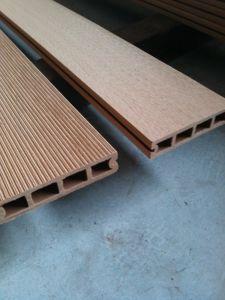 Um deck exterior em deck WPC, deck composto de madeira (HO03145)