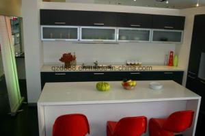 固体表面のキッチンカウンターの上の現代白はカスタマイズした