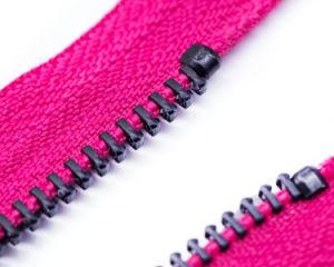 원형 끌어당기는 사람과 분홍색 테이프를 가진 금속 지퍼 최상