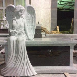 彫刻が施された天使の火葬のベンチ記念碑
