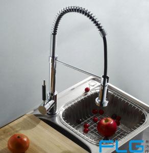 Flgはコックの台所ミキサーの流しの蛇口を引き出す