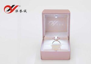 リングおよびペンダントのためのLEDライトが付いているピンクのプラスチック宝石類の陳列ケースのパッキング記憶のギフトの包装ボックス