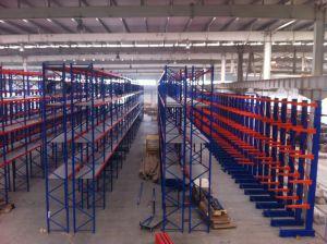 С помощью привода полки стеллажа системы для склада