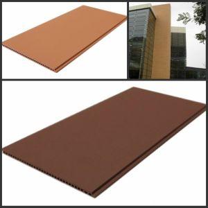 Paroi extérieure des panneaux de tuiles en terre cuite avec différentes tailles et couleurs