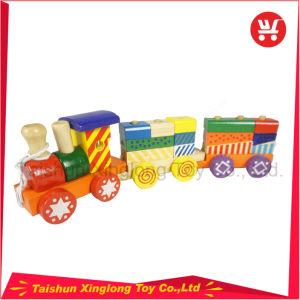 Un tren de madera con coloridos bloques de madera